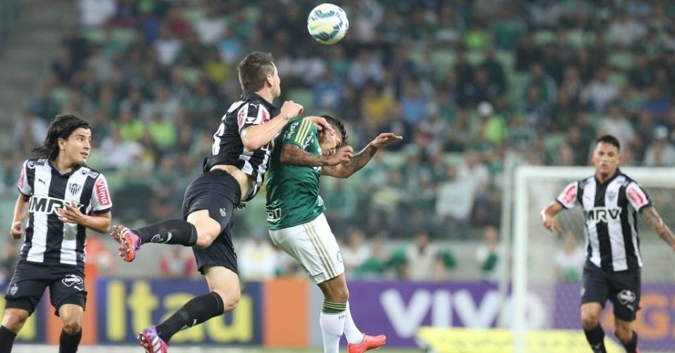 Jogadores de Palmeiras e Atlético-MG disputam jogada aérea durante 1ª rodada do Brasileirão