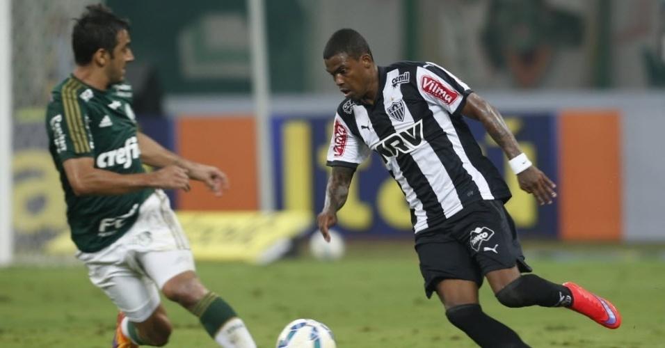 Maicosuel dribla Robinho na partida entre Palmeiras e Atlético-MG