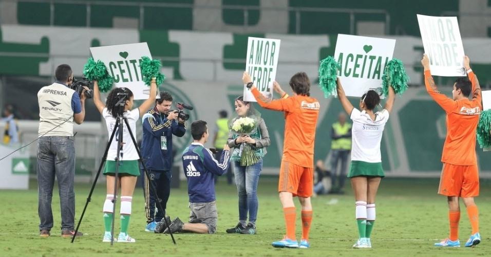 Torcedor do Palmeiras pede namorada em casamento no intervalo do jogo contra o Atlético-MG