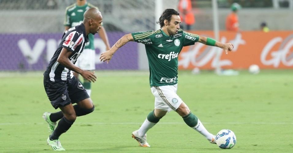 Valdivia conduz a bola na estreia do Palmeiras contra o Atlético-MG no Brasileirão 2015