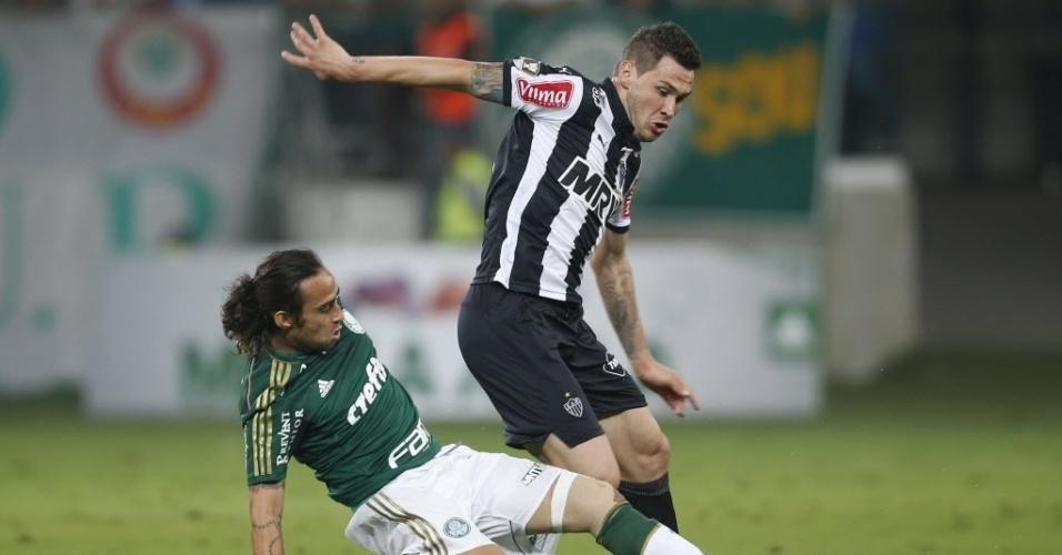 Valdivia dá carrinho e briga pela bola no jogo entre Palmeiras x Atlético-MG