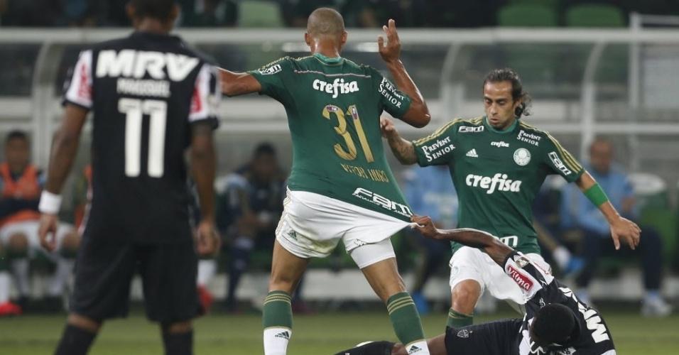 Vitor Hugo, zagueiro do Palmeiras, tem o calção puxado por marcador do Atlético-MG