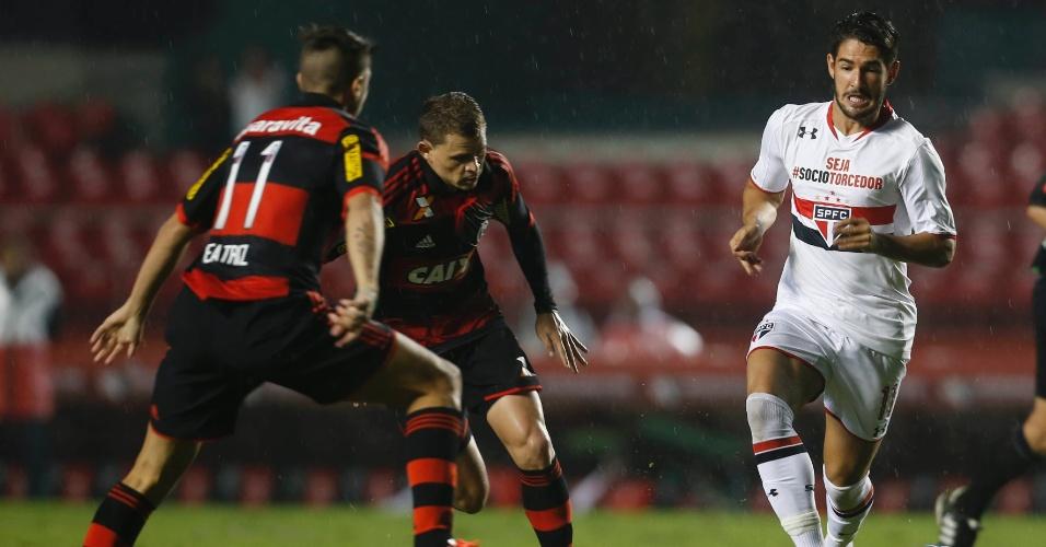 Alexandre Pato carrega a bola para tentar armar jogada pelo São Paulo contra o Flamengo, no Morumbi