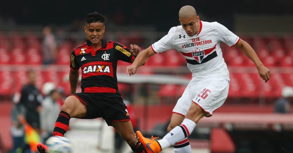 Dória chega junto da marcação para afastar o perigo do Flamengo no jogo do São Paulo, pelo Campeonato Brasileiro, no morumbi