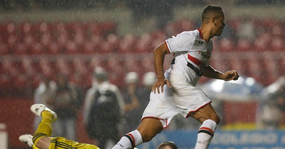 Luis Fabiano abre o placar para o São Paulo contra o Flamengo, no Morumbi