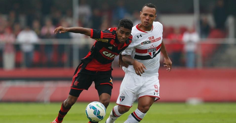 Luis Fabiano tenta roubar a bola de Gabriel no jogo do São Paulo contra o Flamengo no Brasileirão