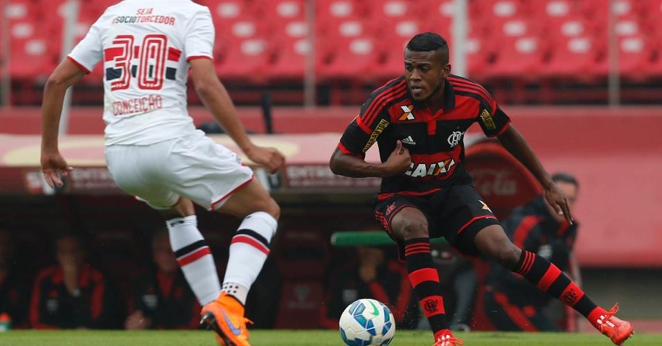 Marcelo Cirino carrega a bola e se aproxima na marcação de Lucão no jogo do Flamengo contra o São Paulo pelo Campeonato Brasileiro