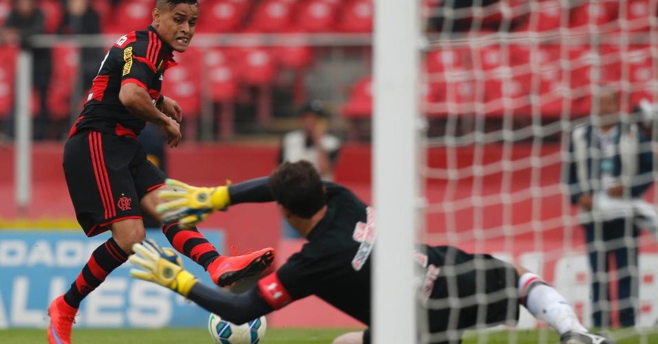 Rogério Ceni cai para fazer a defesa no jogo do SP contra o Flamengo, pelo Campeonato Brasileiro
