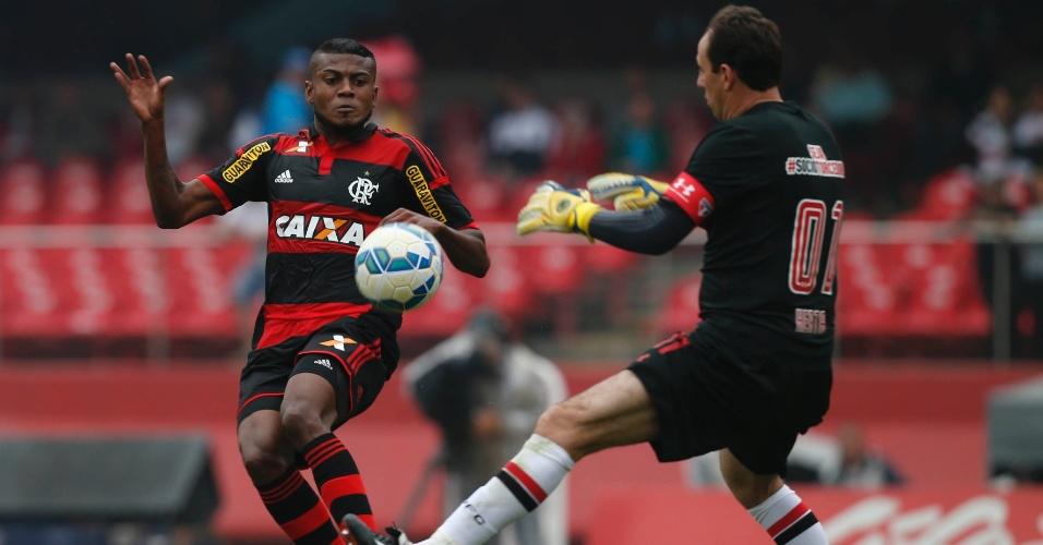 Rogério Ceni fecha o gol para evitar chute certeiro de Marcelo Cirino, no Morumbi