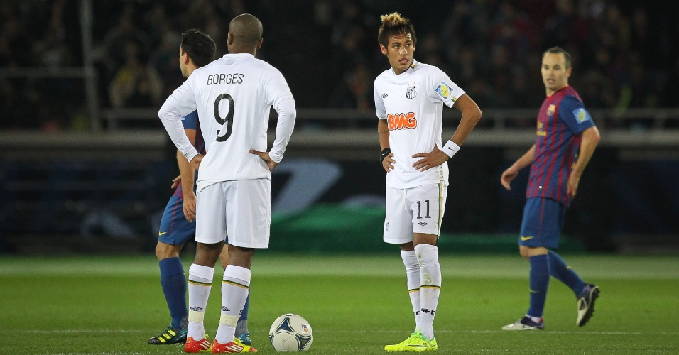 Neymar olha pelo telão depois de Messi marcar para o Barcelona, no Mundial de Clubes