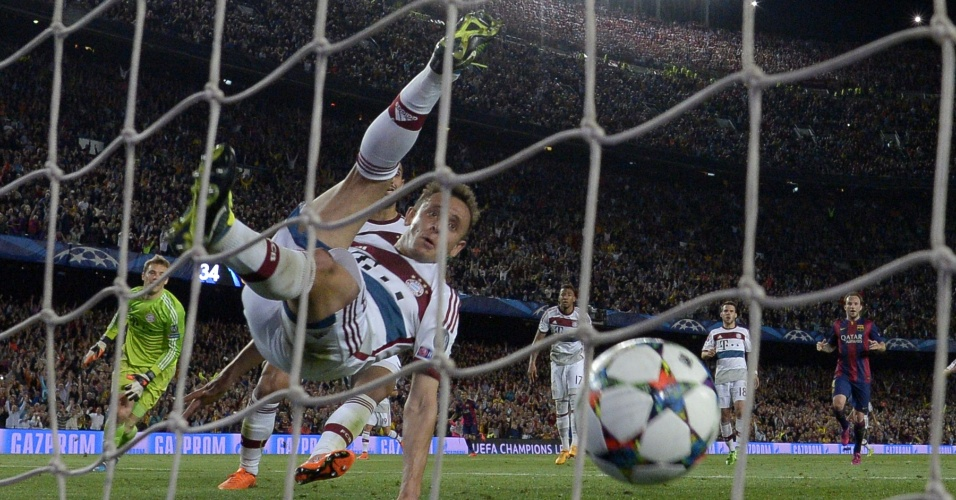 Rafinha, do Bayern, tenta evitar gol de Lionel Messi, do Barcelona