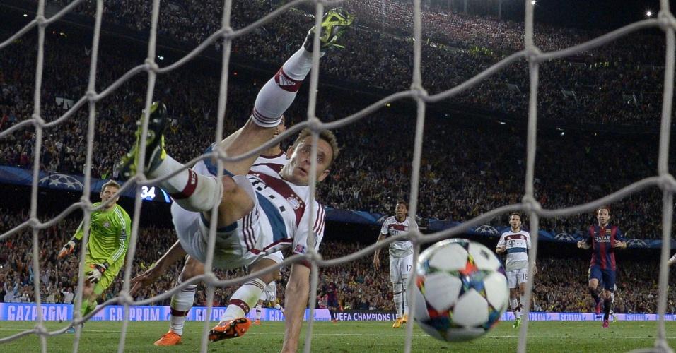 Rafinha, do Bayern, tenta evitar gol de Lionel Messi, do Barcelona