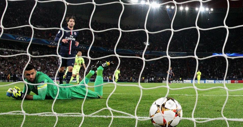 Sirigu e Maxwell acompanham bola de Messi entrando, na partida entre PSG e Barcelona