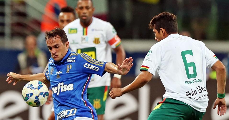 Lucas tenta o domínio de bola para armar a jogada para o Palmeiras contra o Sampaio Correa