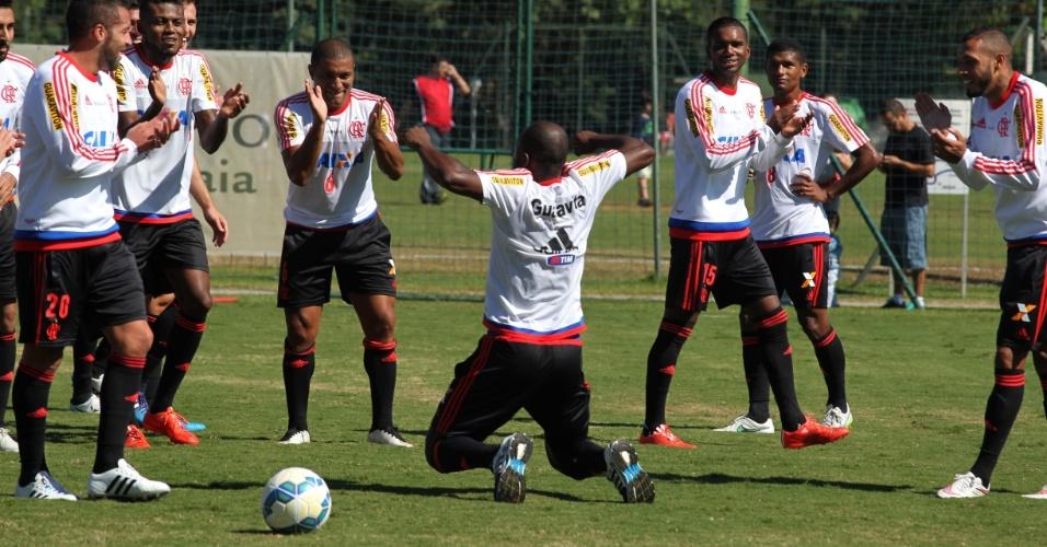 Pablo Armero dança durante treinamento e aguarda estreia pelo Flamengo