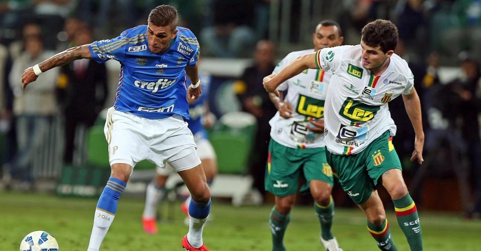 Rafael Marques carrega a bola para o Palmeiras na partida contra o Sampaio Correa na Copa do Brasil