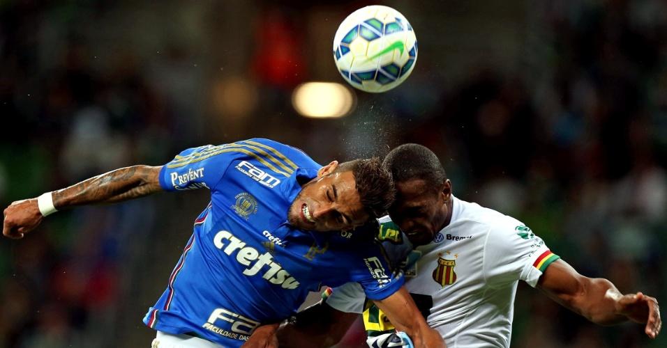 Rafael Marques sobe de cabeça para disputa de bola do jogo do Palmeiras contra o Sampaio Correa