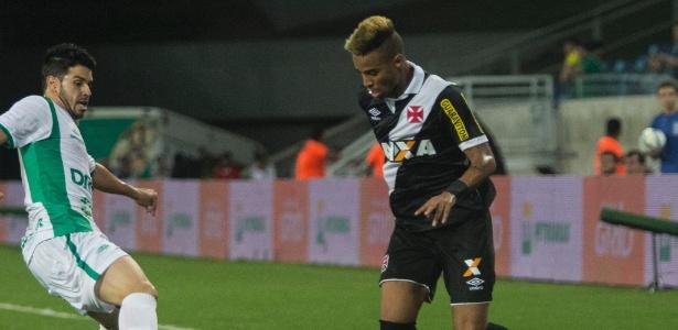 Atacante Rafael Silva tenta driblar adversário na Arena Pantanal nesta quarta