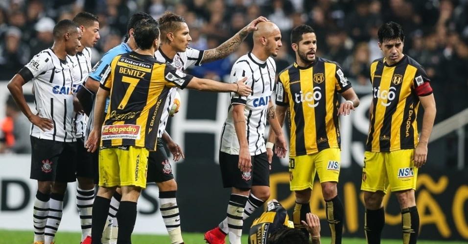 Fábio Santos sai de campo após segunda expulsão pelo Corinthians na Libertadores 2015