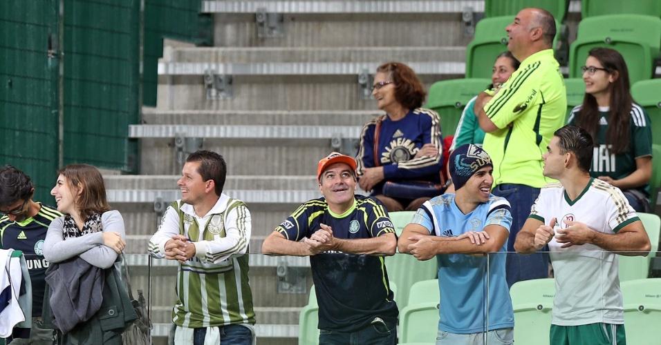 Torcedores do Palmeiras aguardam o início da partida contra o Sampaio Corrêa, válida pela Copa do Brasil