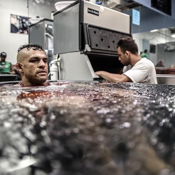 A banheira de gelo é um clássico da preparação no MMA, com os lutadores usando após os treinos para aliviar dores, curar pequenas lesões e se recuperar para a próxima