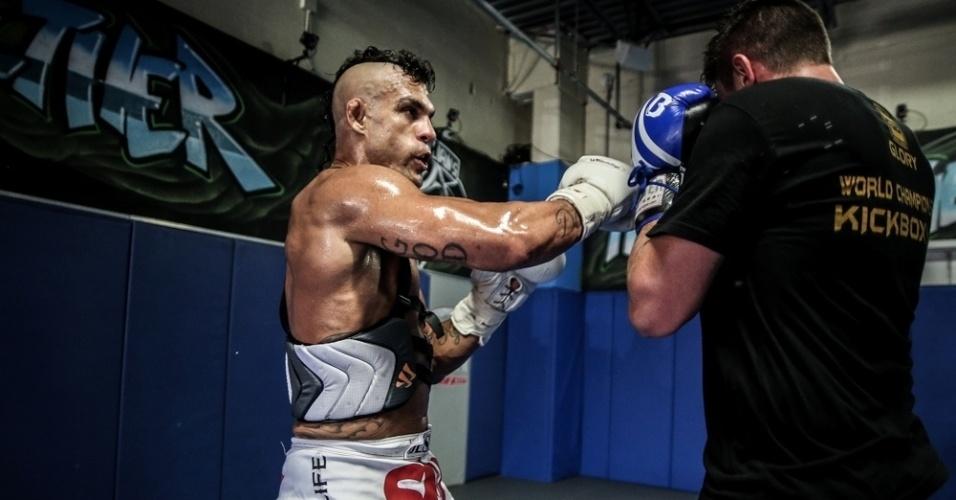 Belfort treina e sua para chegar aos 84 kg da categoria médio, cujo cinturão é de seu rival neste sábado, Chris Weidman