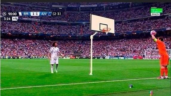 Casillas tenta acertar uma cesta de basquete, em uma das piadas nas redes sociais