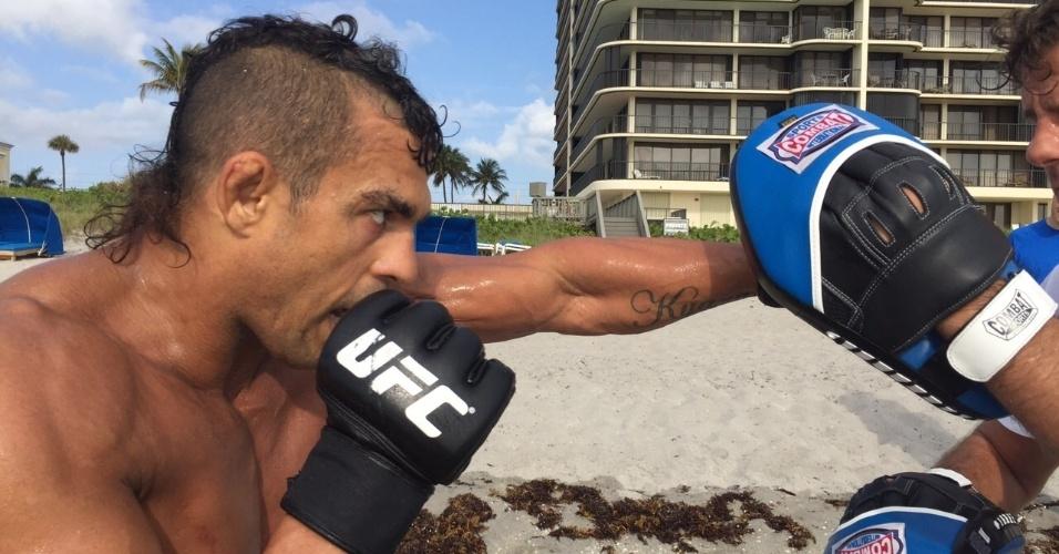 Desafiante ao cinturão dos médios, Belfort faz treino com manoplas e exercita seu boxe em praia na Flórida (EUA)