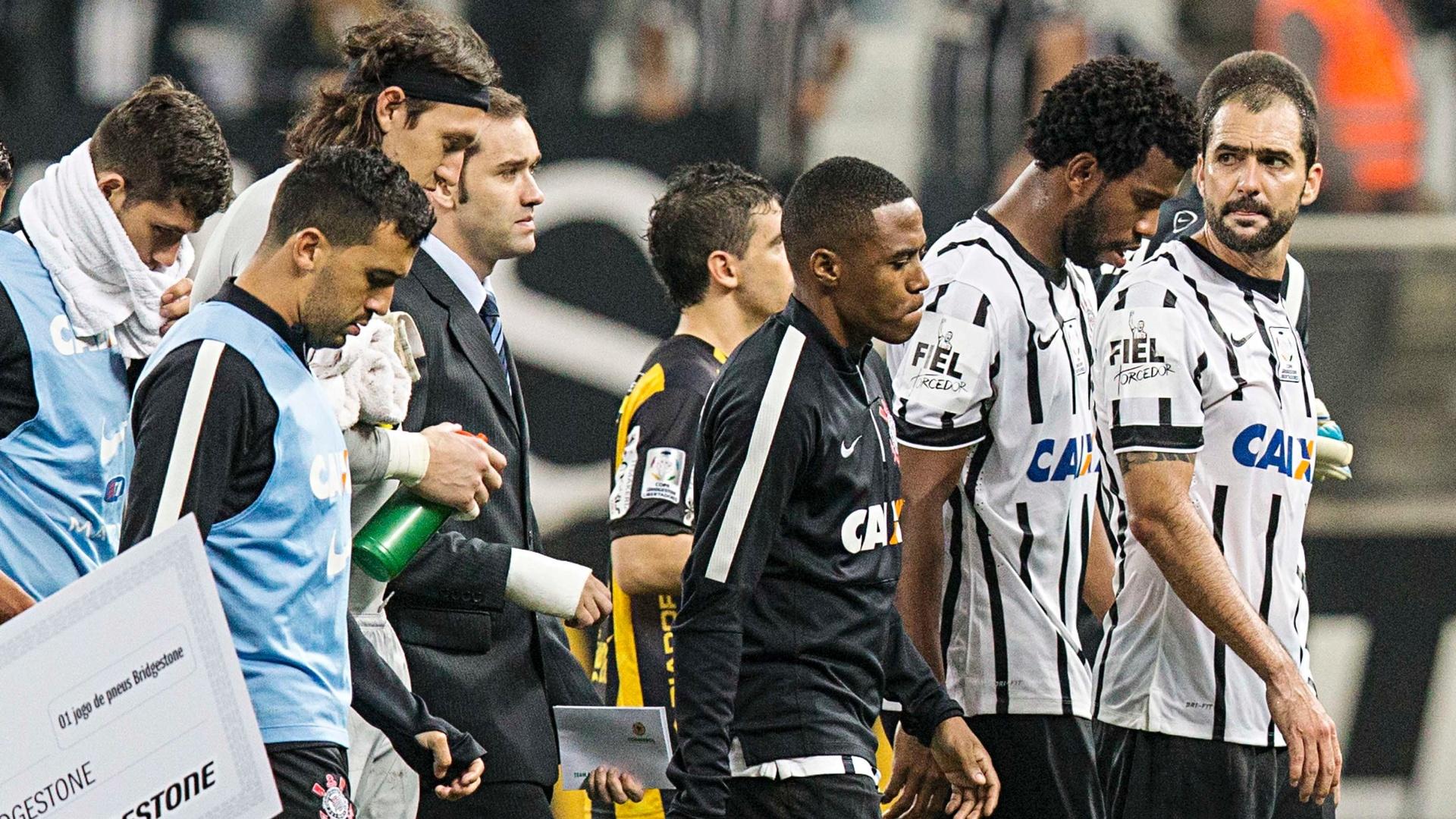 Jogadores do Corinthians lamentam eliminação na Libertadores 2015