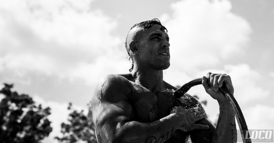 O fotógrafo Ryan Loco é famoso pelos retratos que faz dos lutadores quando está registrando os bastidores dos treinos da Blackzilians. Na imagem, Belfort se refresca com uma mangueira após treino