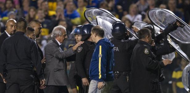 A Polícia teve que entrar em campo antes do segundo tempo do jogo entre Boca e River pela Libertadores