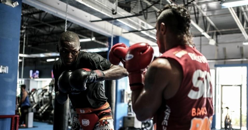 Vitor Belfort treina o seu boxe, uma das suas principais armas. O veterano de 38 anos enfrentará um Weidman que é bom de trocação e tem um excelente wrestling - como se viu na vitória por pontos do atual campeão contra Lyoto Machida