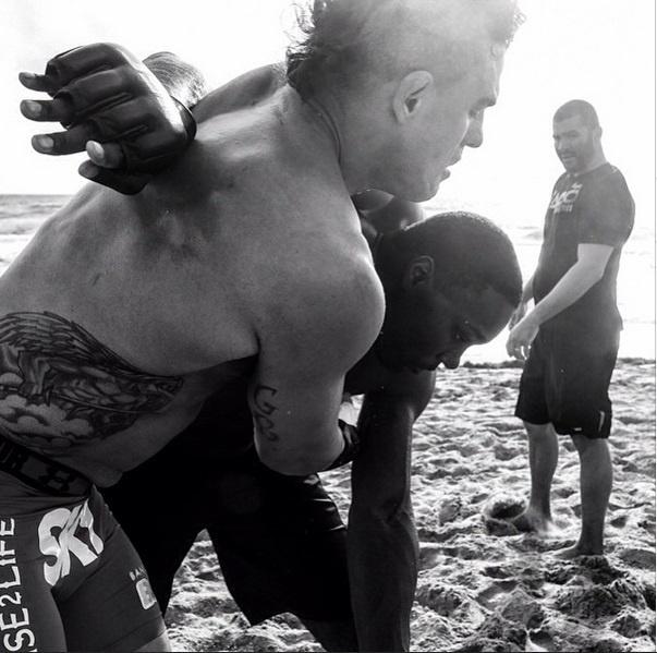 Vivendo na região de Boca Raton, na Flórida (EUA), Vitor Belfort costuma dar um respiro da academia e realizar treinos na praia. Um dos pontos positivos é a intensidade, que aumenta com a dificuldade imposta pela areia