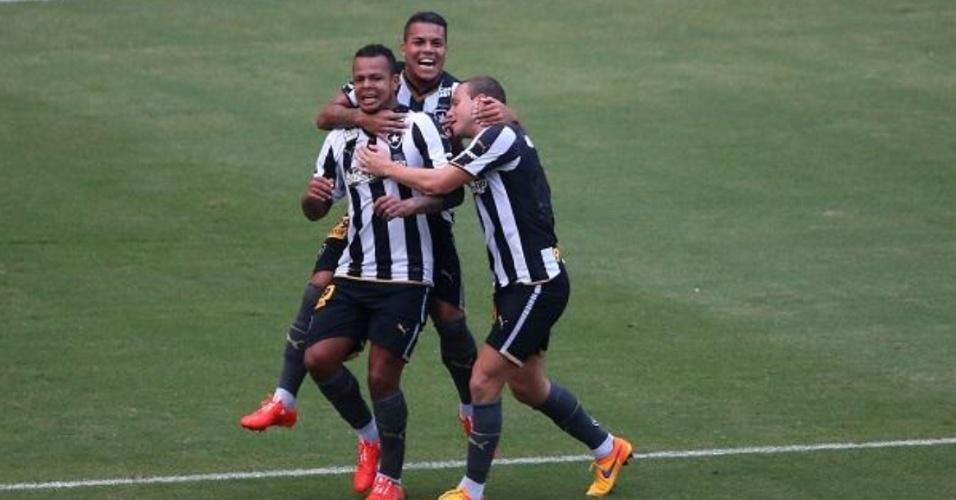 Bil comemora gol no primeiro tempo frente ao CRB abraçando companheiros de Botafogo