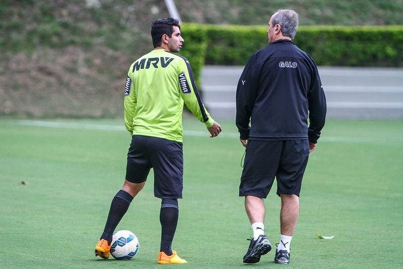 Guilherme e Levir Culpi conversam durante treino do Atlético, na Cidade do Galo