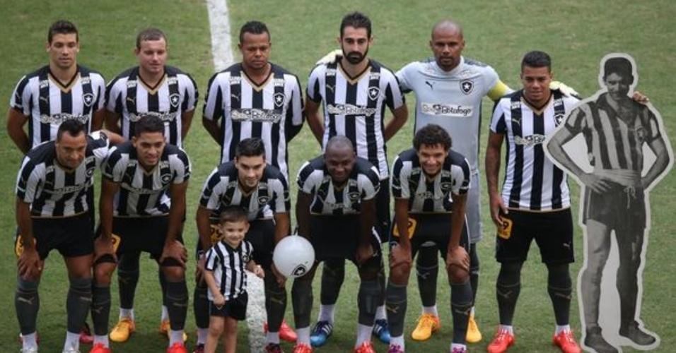 Jogadores do Botafogo homenageiam Nilton Santos (imagem reproduzida à direita) em foto posada antes do jogo contra o CRB