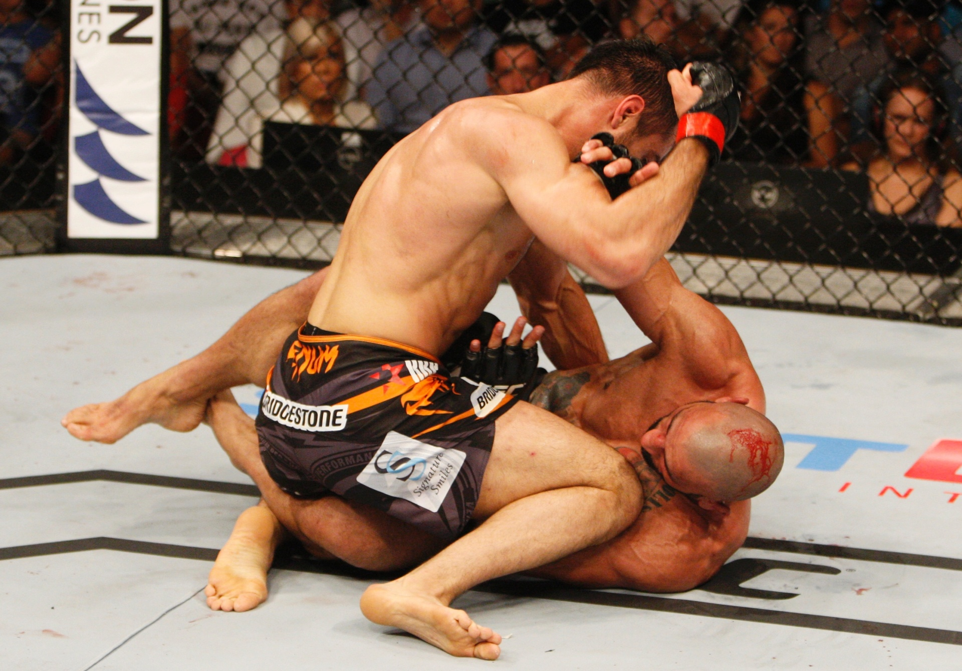 Mousasi ataca Costa Philippou durante o UFC Filipinas