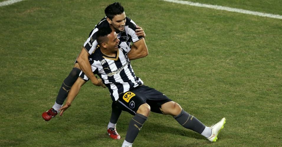 16 mai. 2015 - Lulinha e Rodrigo Pimpão comemoram gol do Botafogo em duelo contra o CRB, pela Série B