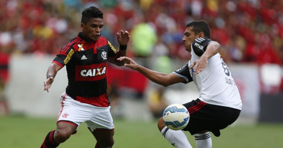 Almir tenta superar a marcação de Diego Souza no empate entre Flamengo e Sport