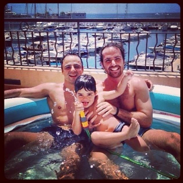 Felipe Massa e filho em piscina de plástico em Mônaco
