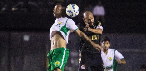 Guiñazu disputa bola com jogador do Cuiabá em São Januário pela Copa do Brasil