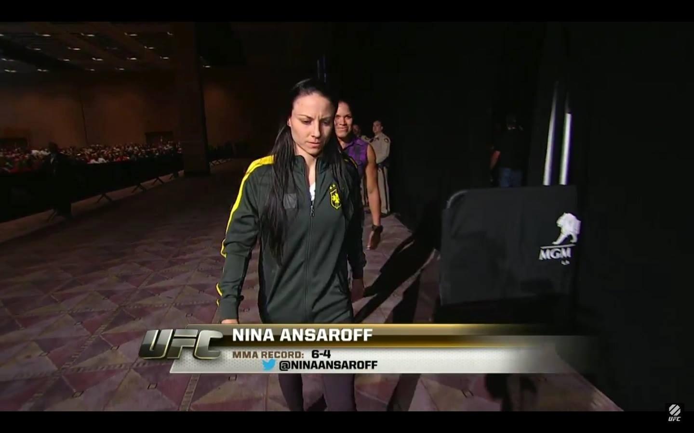 Norte-americana Nina Ansaroff entra para pesagem com casaco da seleção brasileira