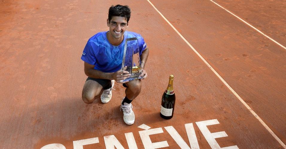 Bellucci posa com a taça e a garrafa de champanhe que ganhou em Genebra