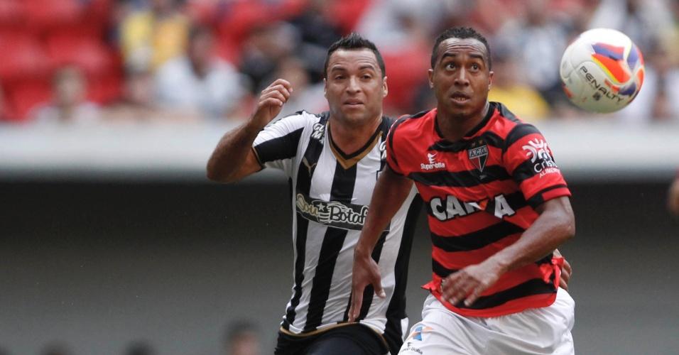 Daniel Carvalho do Botafogo disputa lance com Ailton do Atletico-GO durante partida pela Série B
