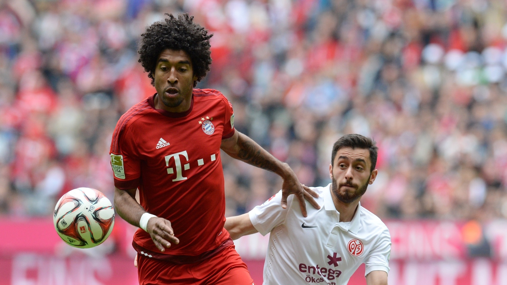 Dante, do Bayern de Munique, disputa bola com Yunus Malli, do Mainz