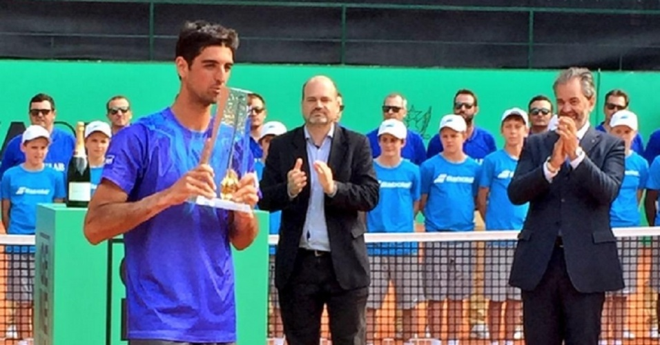 Thomaz Bellucci com a taça do ATP 250 de Genebra