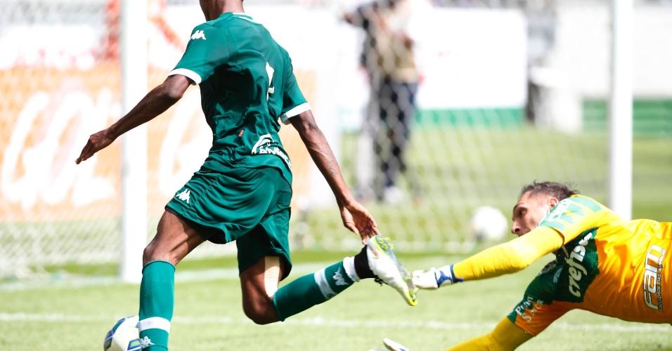 Bruno Henrique dribla Fernando Prass na jogada do gol do Goiás contra o Palmeiras