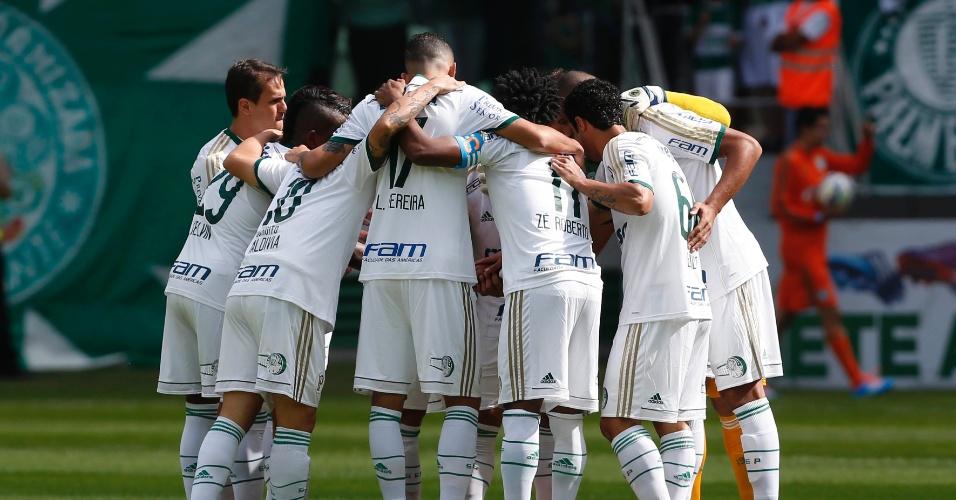 Fernando Prass orienta Palmeiras em jogo do Campeonato Brasileiro