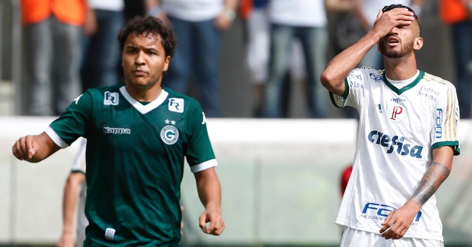 Leandro Pereira se lamenta após oportunidade desperdiçada em jogo entre Goiás e Palmeiras no Brasileiro