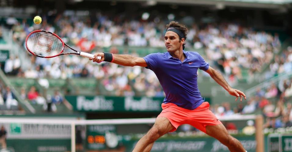 Roger Federer rebate bola em partida contra Alejandro Falla em sua estreia em Roland Garros